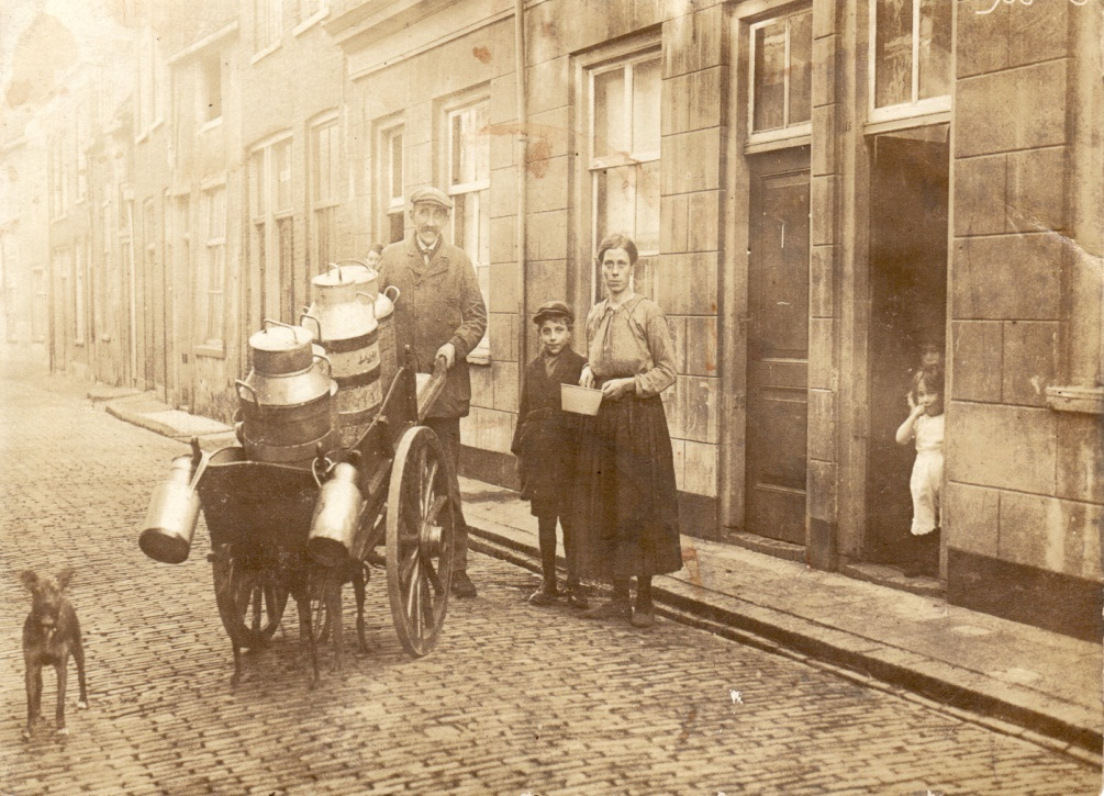 1922: Cor and his son Wim in the Pieterstraat by a customer.